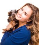 拿着约克夏狗狗的逗人喜爱的女孩 免版税图库摄影