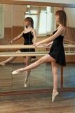 拿着纬向条花的女孩实践的舞蹈 免版税图库摄影