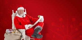 拿着纸卷的圣诞老人画象的综合图象反对白色背景 库存图片