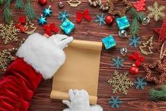 拿着纸卷的地道圣诞老人 免版税库存图片