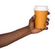 拿着纸咖啡杯的人 免版税库存照片