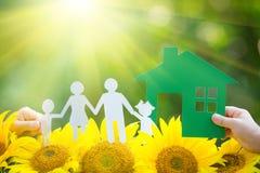 拿着纸家庭和房子的孩子 免版税图库摄影