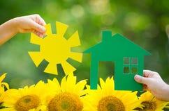 拿着纸房子和太阳的孩子 免版税图库摄影