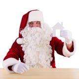拿着纸房子的圣诞老人 免版税库存照片