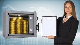 拿着纸持有人的女实业家 有金子的安全 免版税库存照片