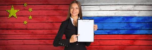 拿着纸持有人的女实业家 免版税库存照片