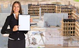 拿着纸持有人的女实业家 免版税库存图片