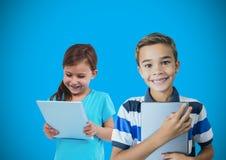 拿着纸有空白的蓝色背景的孩子 免版税库存照片
