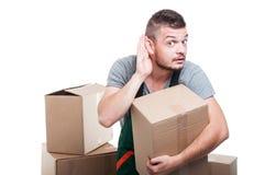 拿着纸板做箱子的搬家工人人能` t听见 库存图片