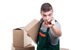 拿着纸板做箱子的搬家工人人观看您打手势 库存图片