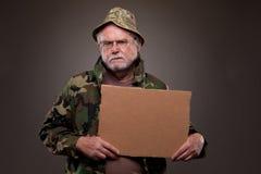 拿着纸板片断的越南退伍军人 免版税库存照片