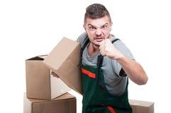 拿着纸板的恼怒的搬家工人人显示拳头 免版税库存图片
