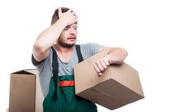 拿着纸板的搬家工人人打手势晚 免版税图库摄影