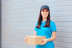 拿着纸板箱包裹的交付工作者 免版税图库摄影