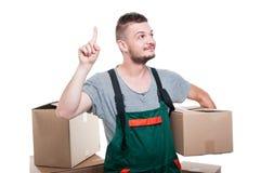 拿着纸板箱的搬家工人人打手势想法 免版税库存图片