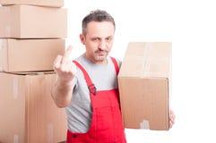 拿着纸板箱的搬家工人人显示淫秽姿态 库存图片