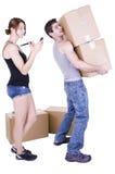 拿着纸板箱的年轻人 图库摄影