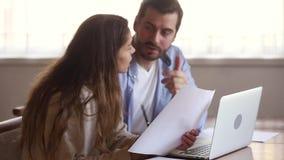 拿着纸的严肃的夫妇读坐与膝上型计算机的国内汇票 股票视频