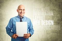 拿着纸的网设计师 免版税库存照片