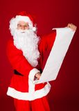 拿着纸纸卷的圣诞老人的画象 库存图片