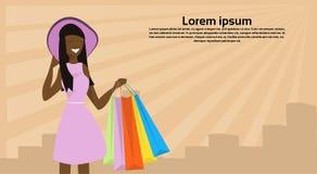 拿着纸袋成功的购物的概念女性卡通人物画象平的拷贝的非裔美国人的妇女帽子 皇族释放例证