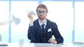 拿着纸飞机的创造性的正面人手中,时刻飞行 免版税库存照片