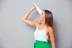 拿着纸飞机的女孩 免版税库存照片