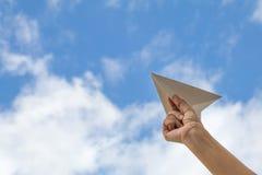 拿着纸飞机,旅行概念的手 库存图片