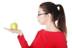 拿着绿色新鲜的苹果的少妇手中 库存图片