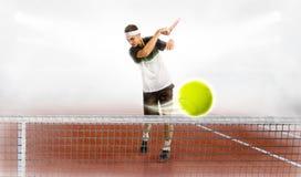 拿着网球拍和球的年轻人,当训练时 免版税库存照片