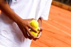 拿着网球的手 免版税库存图片