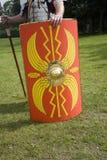拿着罗马盾战士 库存照片