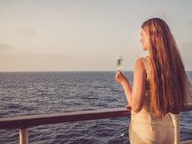 拿着美丽的杯香槟的逗人喜爱的妇女 库存图片
