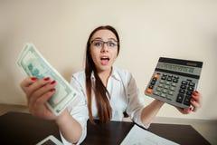 拿着美元和计算器在手上的会计 库存图片