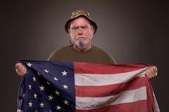 拿着美国国旗的越南退伍军人 图库摄影