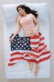 拿着美国旗子的好可爱的妇女 免版税图库摄影