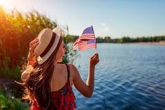 拿着美国旗子的妇女 庆祝美国的美国独立日 库存照片
