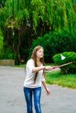 拿着羽毛球拍的愉快的女孩画象 库存图片