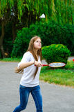 拿着羽毛球拍的愉快的女孩画象 免版税图库摄影