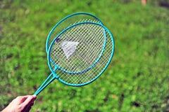 拿着羽毛球拍的手 图库摄影