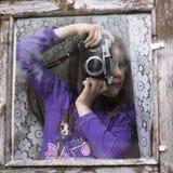 拿着老照相机的快乐的孩子减速火箭 免版税图库摄影