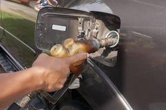 拿着老燃料喷嘴的手 图库摄影