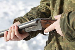拿着老猎枪的猎人的特写镜头在冬天森林里 库存照片