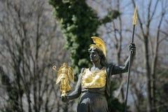 拿着耐克的雅典娜/智慧女神金黄被镀的雕象  免版税库存照片