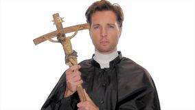 拿着耶稣受难象的骄傲的年轻教士 股票录像