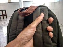 拿着背包旅行 免版税库存照片