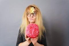 拿着脑子的奇怪的妇女有想法 库存照片