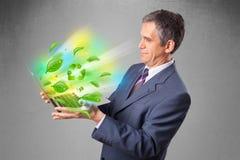 拿着膝上型计算机与的商人回收和环境symbo 免版税图库摄影