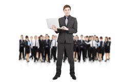 拿着膝上型计算机和企业小组的生意人 免版税库存图片