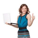 拿着膝上型计算机的一名相当新女实业家的纵向 免版税库存图片